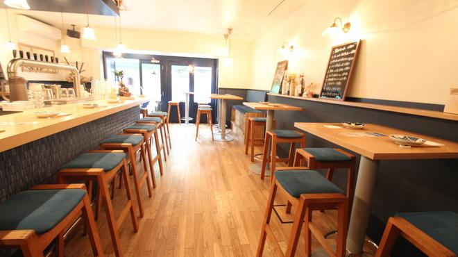 BEER PUB TAKUMIYA - 内観写真:カウンター席とテーブル席が4つ