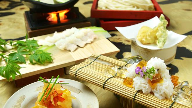 神楽坂 久露葉亭 - 料理写真:鱧鍋や天ぷらなど季節の味覚をうどんと共にランチで