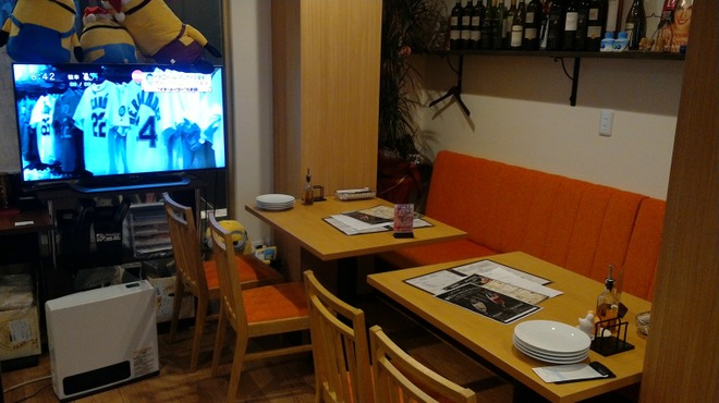 生ハム食べ放題500円 Pizzeria uanci_e_cheer - 内観写真:テレビを見ながら食事も!