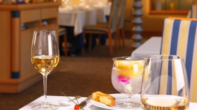 箱根ハイランドホテル ラ・フォーレ - 内観写真:おしゃれなお店でちょっと贅沢なランチはいかが。