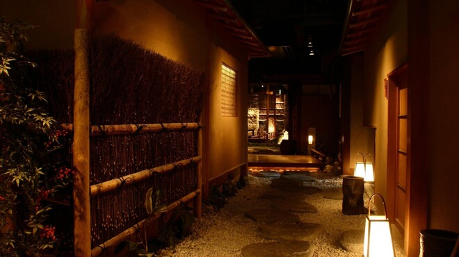蟹工船 - 内観写真:店内奥へと続く回廊
