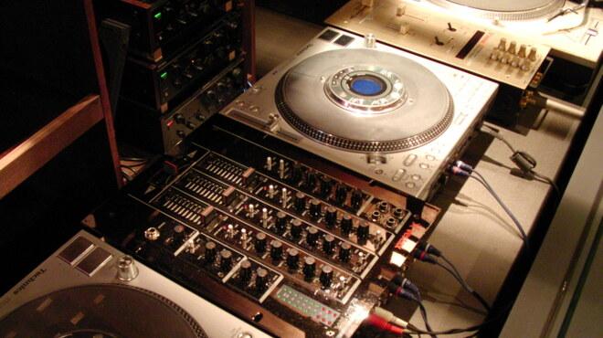 イエロー - 内観写真:DJブースも完備。音にもこだわってます。