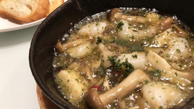 イタリアンダイニンググーフォ・ビアンコ - 料理写真:ぷりぷり海老とキノコのアヒージョ/具材はお好みで変更できます。