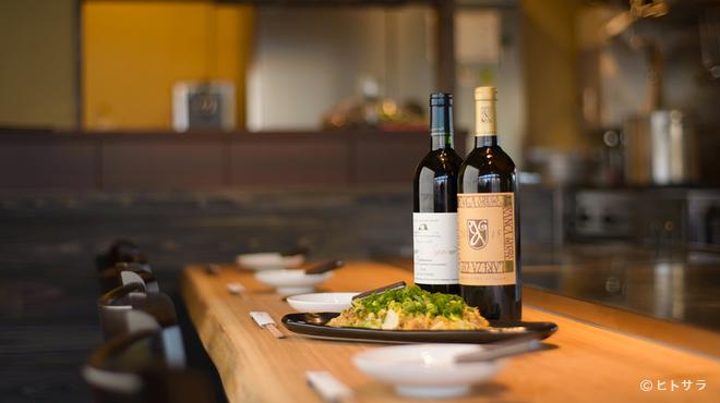 鉄板屋燈 - 内観写真:日本酒をはじめワインも国産のものが種類豊富に取り揃う