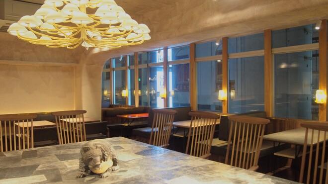 椿サロン - 内観写真:北海道土産名物の「木彫りの熊」がお出迎え。