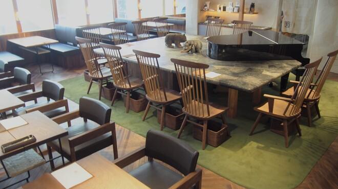 椿サロン - 内観写真:ボックス 4、テーブル 6、カウンター 12