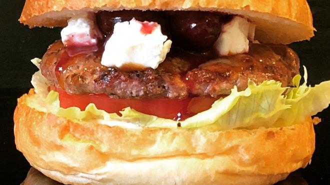 バーガーショップホットボックス - 料理写真:アメリカンチェリーの甘酸っぱさと混ざるまろやかクリームチーズが炭焼きの牛100%パティと重なり旨味倍増!!