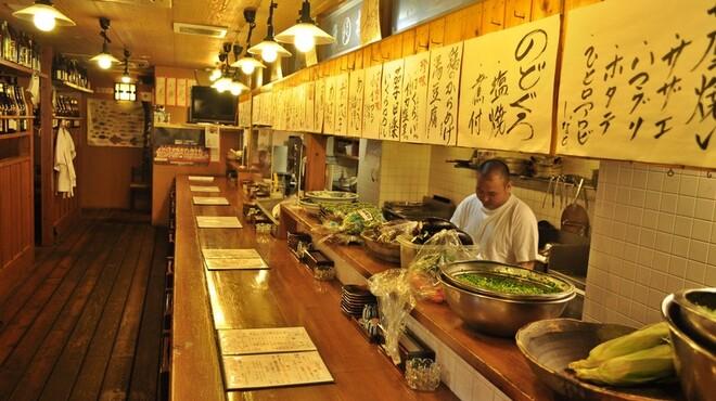 大漁酒場 魚樽本店 - 内観写真:カウンター席は旬の食材を目の前に職人の技が見ることができる人気の席です!