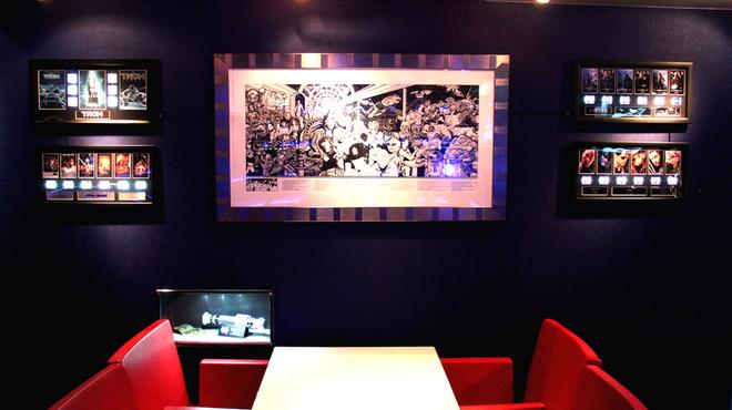 神田flux - 内観写真:店内には至るところにSF映画に関連したプロップレプリカが展示され、映画の世界を演出します。