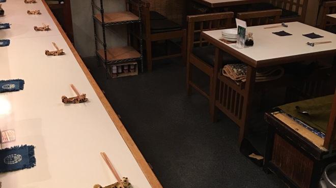 藤石 - 内観写真:カウンター 7席、テーブル3卓