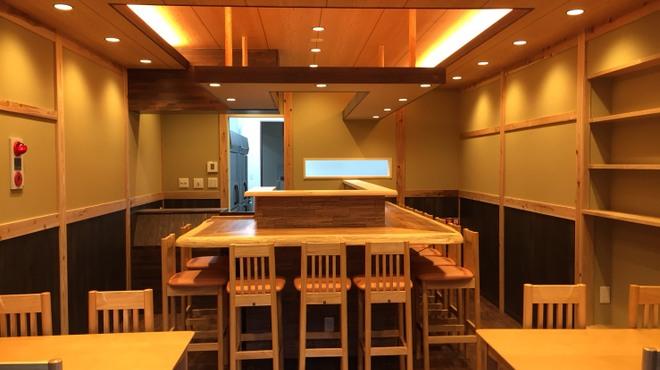 一魚一恵  - 内観写真:正面にカウンター席12席、両側に4席テーブルが2セットございます。