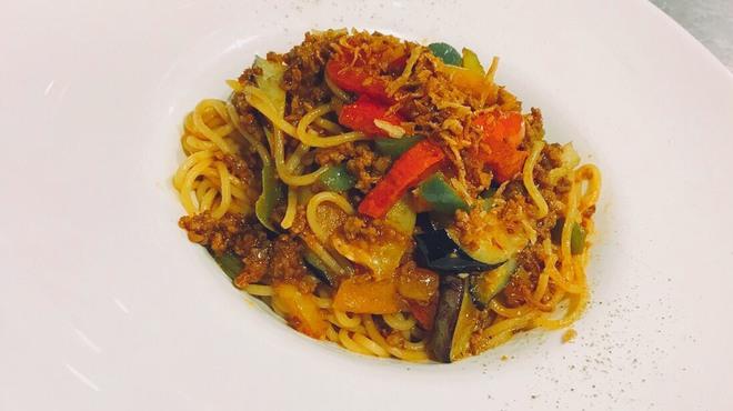 PLUS CASA LOUNGE  - 料理写真:ひき肉と夏野菜のチャイニーズパスタ