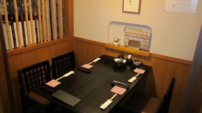 かに料理と和食 かに吉 - 内観写真:テーブル席(4名)