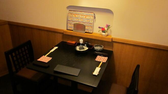 かに料理と和食 かに吉 - 内観写真:テーブル席(2名)