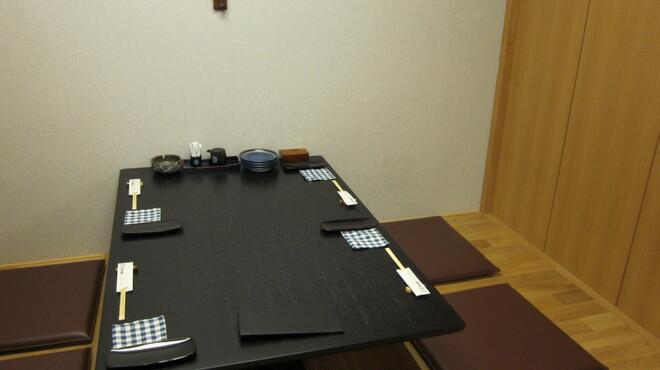 かに料理と和食 かに吉 - 内観写真:掘りごたつ席(4名)