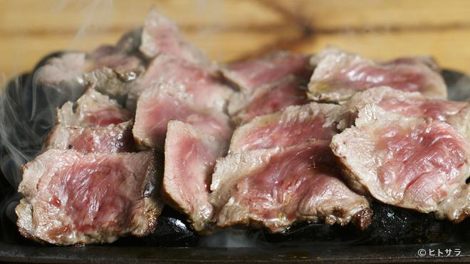 そら豆 - 料理写真:熱々の石に乗った、とろけるお肉を好みの焼き加減で味わえる『サーロイン』