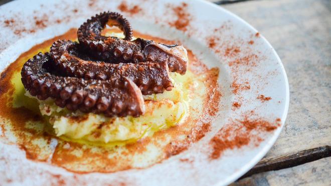 バル・ロッサ・ロッサ - 料理写真:ガリシア式の柔らかいタコは皆さん驚かれます