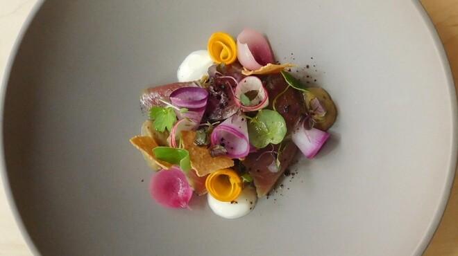 B - 料理写真:カツオとキアヌのサラダ ナスのフォンダンとヨーグルトソース