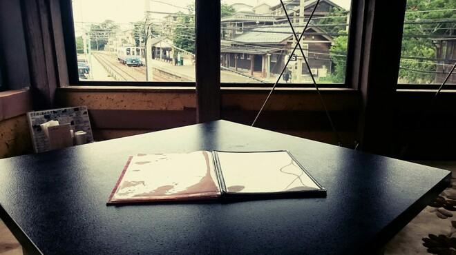越前蟹の坊 - 内観写真:電車の見えるお座敷テーブル席