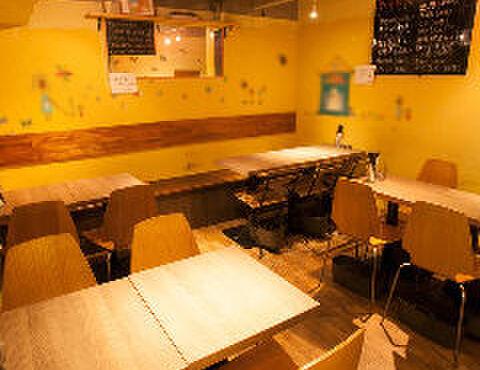 和バルHOME - 内観写真:奥の20名程座れるテーブル席