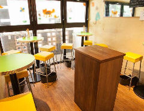 和バルHOME - 内観写真:入ってすぐの丸テーブルとハイチェアー4席