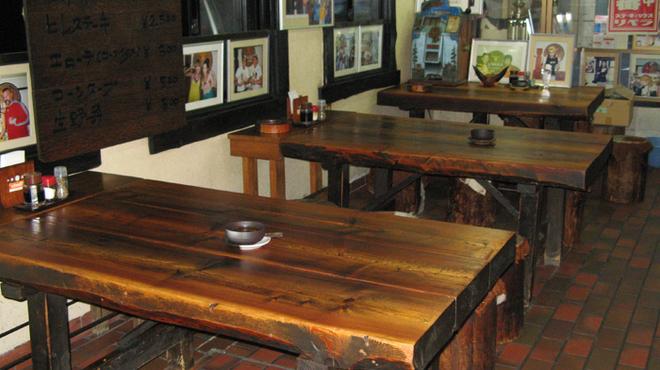 ステーキハウス リベラ - 内観写真:広々としたテーブル席です。店内にはレスラーの写真がいっぱい!
