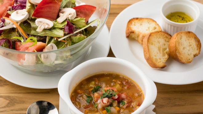 E・A・T - 料理写真:ランチタイム本日のスープと大きなサラダ