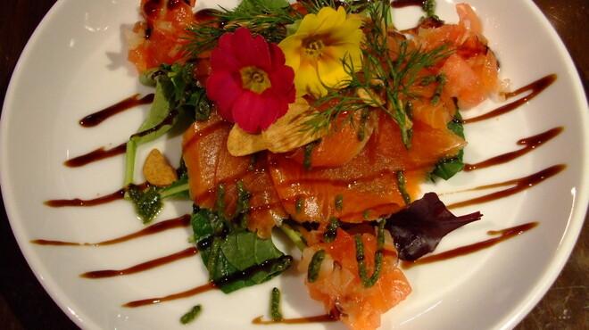 汐留バル 7 - 料理写真:サーモンカルパッチョ