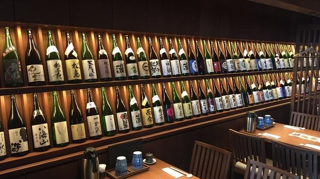 炉端の佐藤 - ドリンク写真:拘り抜いた厳選日本酒を取り揃えております。毎月お勧めの日本酒は特に絶品。一度ご堪能ください。