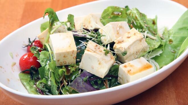 民謡居酒屋 島唄処 ゆいなぐぅ - 料理写真:豆腐サラダ