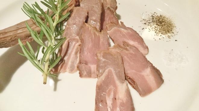 ジビエ&ワイン ブラッスリー山梨 - 料理写真:【鹿肉スペアリブの燻製780円】骨の周りの濃厚な肉をソミュール液で漬け込み、味を均一にし、高速燻製。赤ワインが進みます