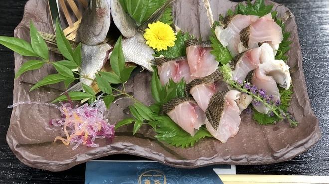 一魚一恵  - 料理写真:イサキの炙り身です!!皮身を少し炙ると身が柔らかくなりとっても美味しいです!!勿論お刺身も抜群です!!