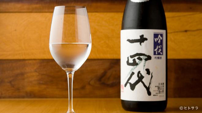 築地ボン・マルシェ - ドリンク写真:酒ディプロマの資格を持つソムリエがセレクトした日本酒が揃う