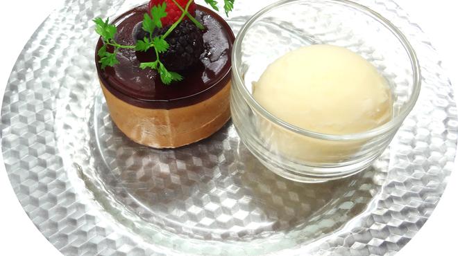 ビッグジョー - 料理写真:『コーヒームースケーキとバニラアイス』400円(税込) 少し苦みの効いた自家製コーヒーを使用したムースケーキです。食後のデザートにどうぞ。