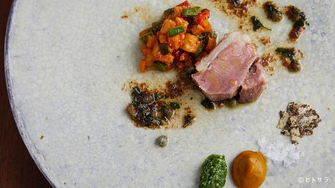 ヴェーナ - 料理写真:丁寧な火入れで素材の旨みを凝縮した『仔羊の炭火焼 季節野菜のトマト煮とアンチョビソース』