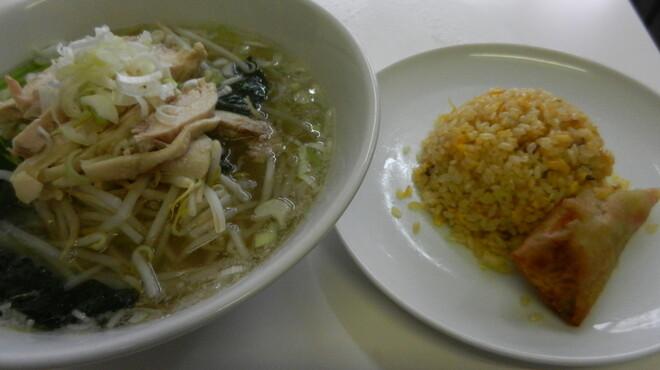 味坊 - 料理写真:ランチセット(とりそば、半炒飯、半春巻き) \700
