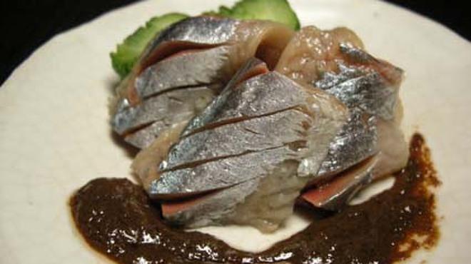 さかもと屋市兵衛 - 料理写真:塩〆した秋刀魚をほろ苦い肝のソースで。酒のあてに最適!