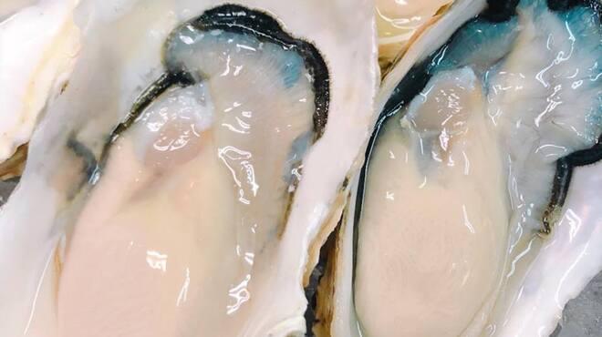 カキ小屋 - 料理写真:2018年9月5日、岩手県 大槌産!牡蠣の一大産地・岩手県!三陸海岸の真ん中に位置する大槌町では昆布が沢山取れるのでミネラルがたっぷり。肉厚で塩味がしっかり (^^)。