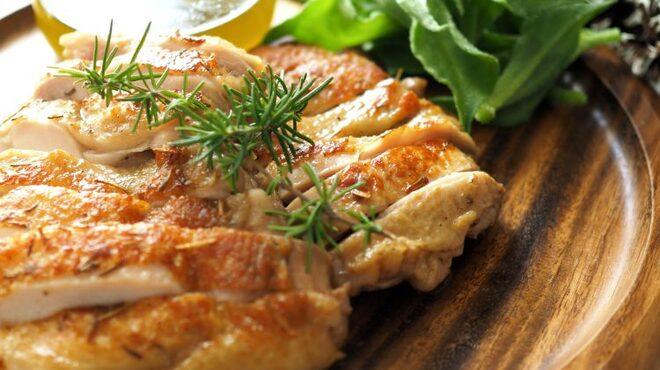 ダーツ&カラオケBAR サブマリン - 料理写真:鶏肉のやわらかコンヒィ