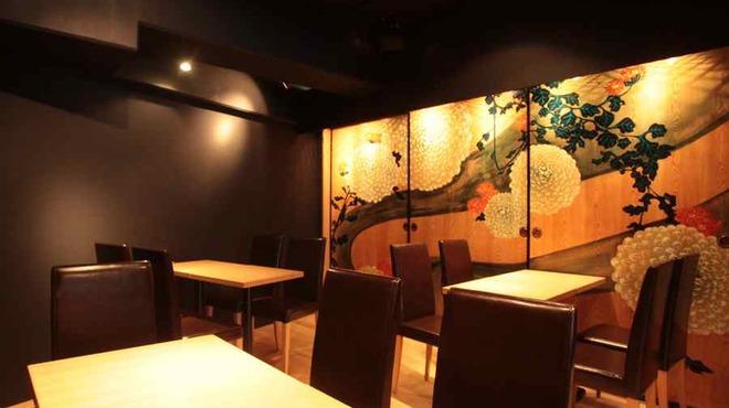 十番右京 - 内観写真:奥のテーブル席 最大14名まで