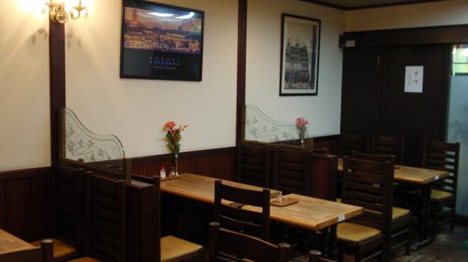宝亭 - 内観写真:1階テーブル席。2階には宴会も出来るお座敷席もあります。