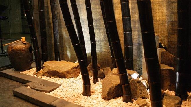お料理 七草 - 外観写真:黒竹を使用した入口の坪庭になります