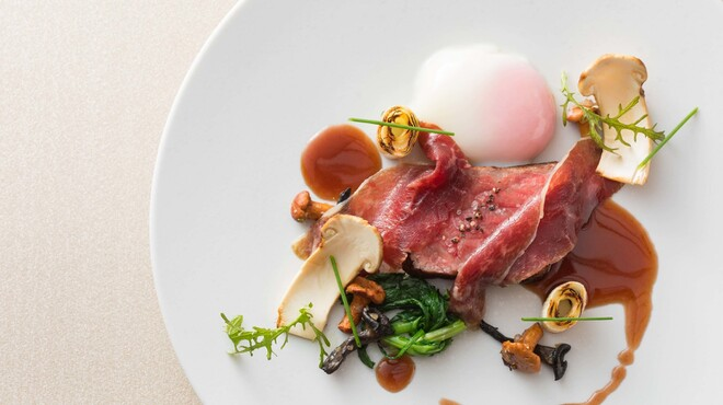 クイーン・アリス - 料理写真:牛の生ハムを添えた和牛のロティ 松茸と半熟卵で召し上がれ
