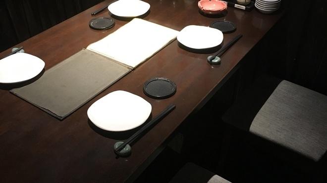 餃子 松吉 - 内観写真:テーブル席