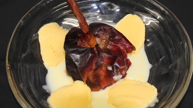 銀座 麒麟 - 料理写真:シナモン香る焼き林檎 カスタードクリームと 杏仁アイス