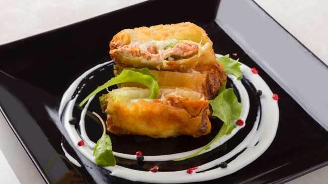 舶来屋黒船 - 料理写真:サーモンとアボカドモッツアレラのパリパリ揚げ