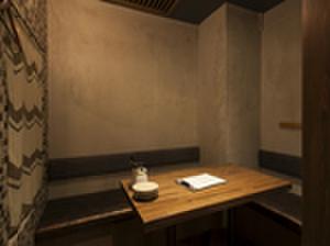 fours - 内観写真:デートや接待に最適。カーテンで仕切ることのできる半個室を完備。(6名様までご利用可)