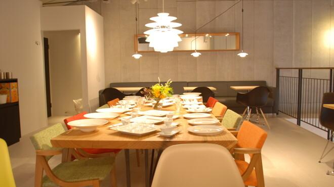 コテ カフェ - 内観写真:大人数も楽しい大テーブル、貸切もできます