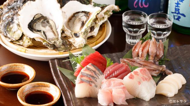 日本酒専門店 萬亮 - 料理写真:鮮度抜群の海の幸『刺身5点盛り』や『生牡蠣』がおすすめ