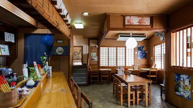 島そば一番地 - 内観写真:1階(カウンター&テーブル)